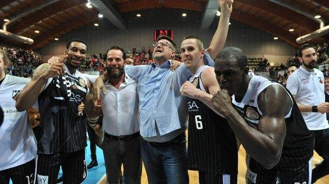 VÕIT! Rain Veideman (nr 6) koos mõne meeskonnakaaslase ja tiimibossiga rõõmustamas.