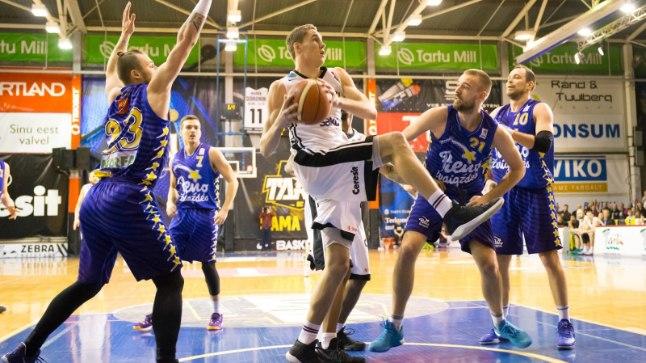 Janari Jõesaar on leedulastest ümbritsetud - Tartu korvpalluritele on Balti liiga mängud alati kasuks tulnud.