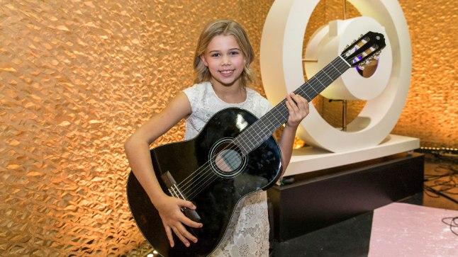 UUS KITARR: Üheksa-aastane Krislin saab võidu puhul kingitud kitarril nüüd pillimängu õppida.