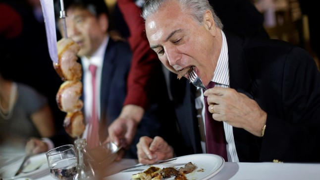 Michel Temer pärast kohtumist suursaadikutega. President demonstreerib, et kodumaine liha on täiesti söömiskõlbulik.