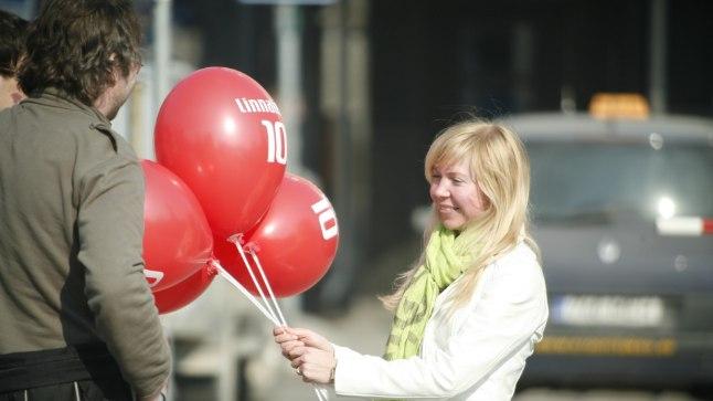 Linnalehe töötajad jagasid lehe kümnendal sünnipäeval lehte ja õhupalle jagamas