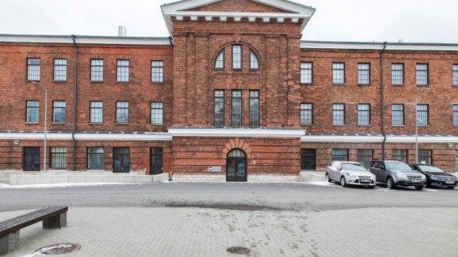 Mereväebaasi kõige silmahakkavam maja, tsaariaegse sõjasadama miinilao punastest tellistest hoone, on pärast 2015. aasta suurt remonti nii mereväelaste kui vahipataljoni kasarm.i