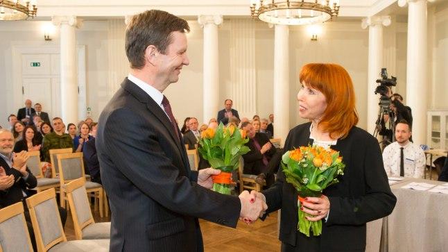Margit Sutrop õnnitlemas rektoriks tagasi valitud Volli Kalmu.