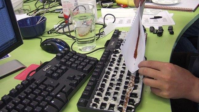 Istuta kolleegi klaviatuuri sisse muru. Tulemusi on näha loetud päevade pärast.