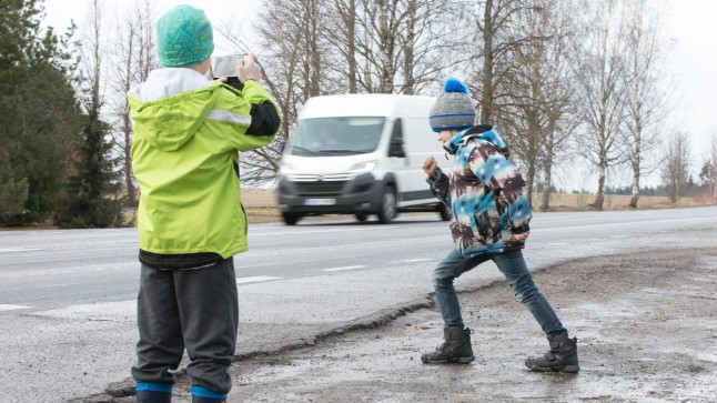 OHTLIK MÄNG: Nähes lapsi, kes sõiduteel internetimängu tõttu oma eluga riskivad, võiks autojuht või pealtnägija teatada politseisse. Nii saaks politseinik lastele selgitada, kui kurvalt võivad lõppeda ohtlikud mõõduvõtmised. Foto on illustratiivne.