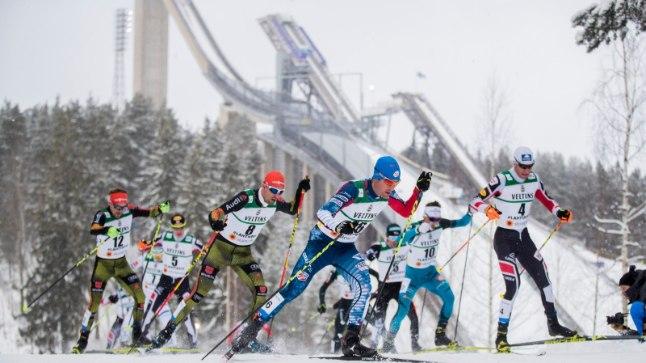 Suusatajad Lahtis, taamal hüppemäed.