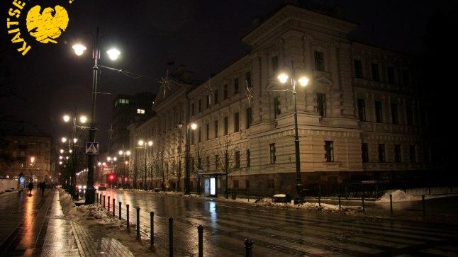 Kunagine KGB peakorter õhtuvalguses. Algselt asus selles Vene impeeriumi Vilniuse provintsi kohtumaja, seejärel Saksa Keisririigi valitsusasutused, vastasutatud Leedu sõjaväe värbamiskeskus, enamlaste revolutsioonitribunal, Poola okupatsioonivõimu kohus Vilniuses, Gestapo ja SD