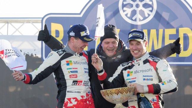 Jari-Matti Latvala, tema kaardilugeja Miikka Anttila ja Toyota boss Tommi Mäkinen Rootsi ralli võitu tähistamas.