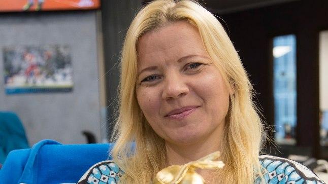 """Üle 20 aasta telesarja ETV poolt vedanud Anu Säärits """"TV 10 olümpiastarti"""" maskotiga. Naerusuisest naisest endastki on saanud erilise sarja üks maskotte"""