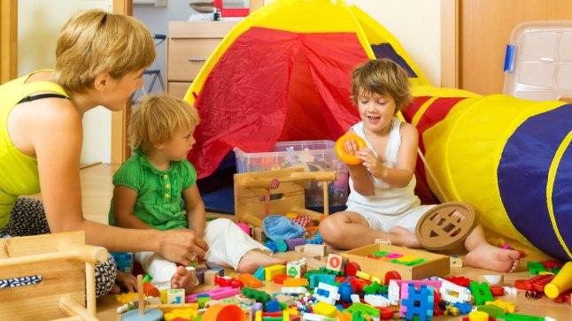 Teisele ringile: Koduse mänguasjadevaru võiks vähemalt kord aastas põhjalikult üle vaadata ja koos lastega otsustada, millisel lelul on aeg uue omanikuni jõuda, mis tuleb alles hoida ja mis ära visata. Vida Press