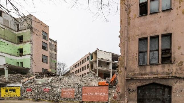 Lammutatud osa asemele kerkib kolme alles jäetud maja ühendav hoone. Heiko Kruusi