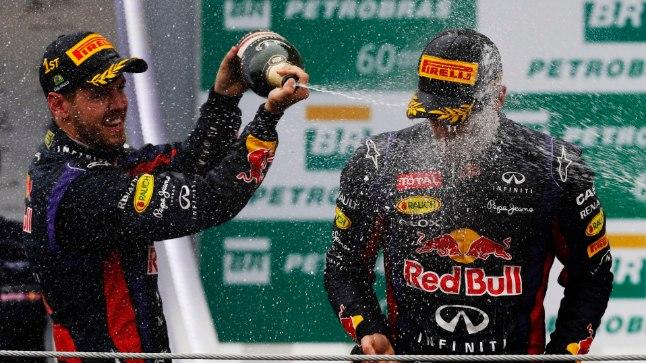Sebastian Vettel (vasakul) ja Mark Webber 2013. aastal, kui nad olid Red Bullis tiimikaaslased.