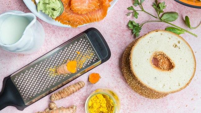 Fiskarsi köögimeistrid soovitavad kuldset piima nautida salatirohke wasabi-toorjuustu ja lõhe vesikringliga. Kui viimast käepärast pole, siis täisterakukliga.