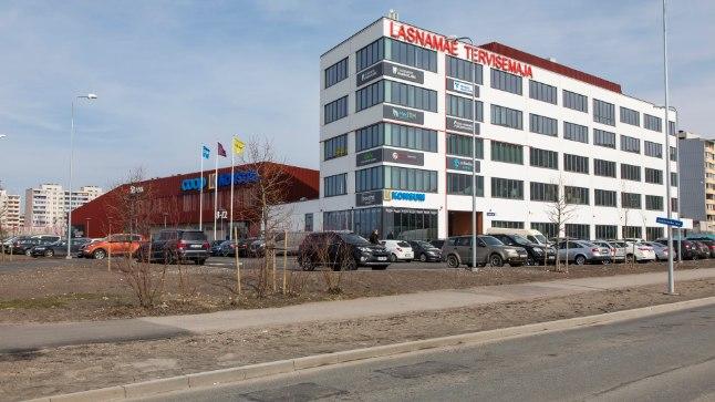 Tervise ja kaubanduskompleks asub Mustakivi tee ja Linnamäe tee nurgal.