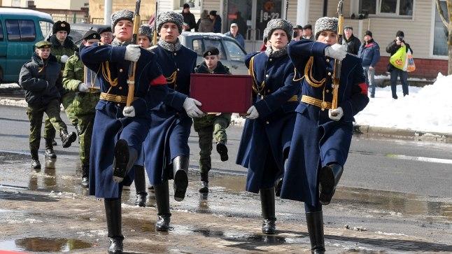 AU LANGENUTELE: Venemaal Jaanilinnas rivistati hukkunud lendurite säilmete üleandmise puhul üles auvahtkond ja toimus mälestusmiiting.