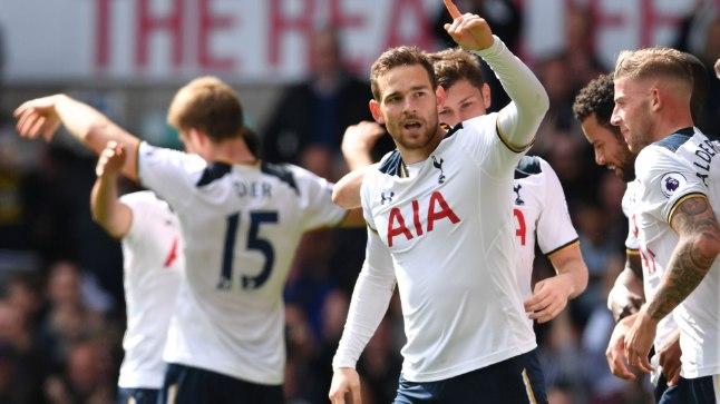 Tottenhami mängijad väravat tähistamas.