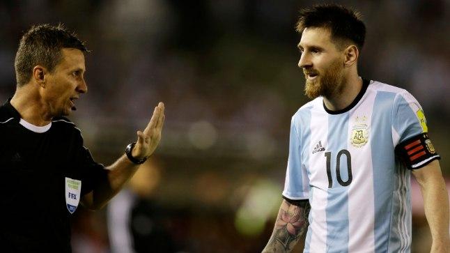 Lionel Messi vaidlemas kohtunikuga.