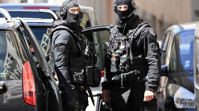 Марсель, 18 апреля. Французская полиция после обыска дома подозреваемых в подготовке атак.