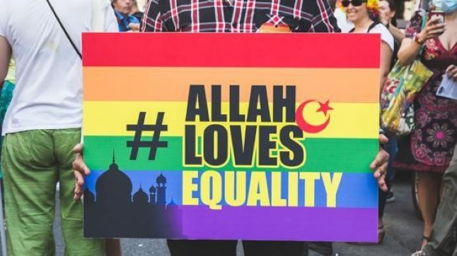 """""""Аллах любит равенсто"""" - плакат на одной из ЛГБТ-акций в поддержку сексуальных меньшинств"""