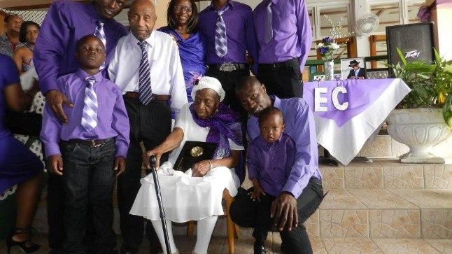 Violet Mosse-Brown oma pere keskel