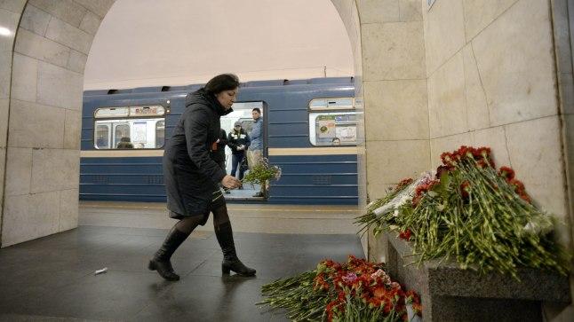 Люди возлагают цветы в память о погибших в теракте в Санкт-Петербурге 3 апреля