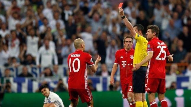 Bayerni mängijad protestivad Arturo Vidalile näidatava punase kaardi pärast.