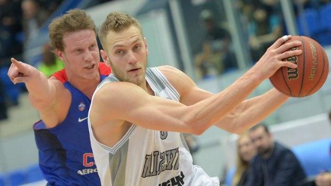 TIPPMÄNGUS: Siim-Sander Vene võitluses Euroliiga meistri Moskva CSKA korvpalluri Dmitri Kulaginiga.