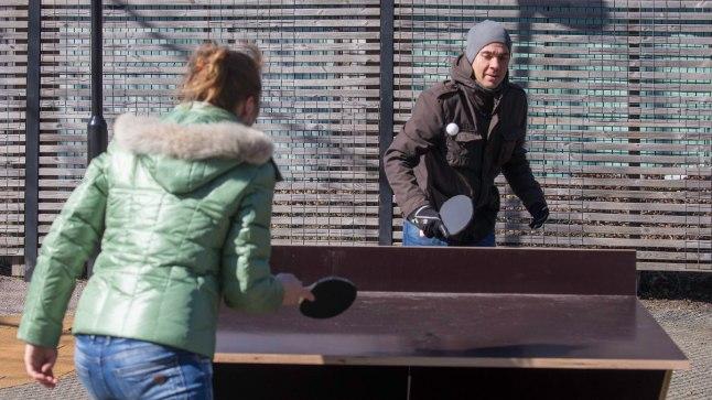 Urmet Haasi ja Linnalehe toimetaja Jevgenia Žõbina intervjuumatš Kalamaja pargi vastsel vabaõhuväljakul.