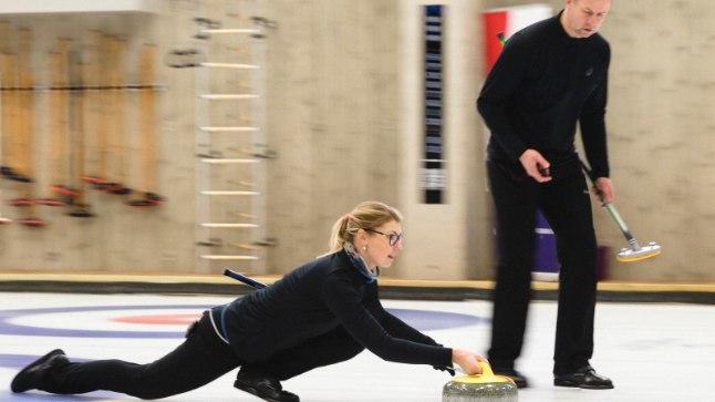 """TÖÖHOOS: Maile Mölder saadab kivi teele, Erkki Lill mõõdab """"stardi""""aega, saamaks teada, kui tugev paarilise vise on."""