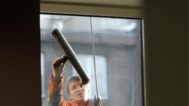 Kui ise väljast aknaid pesta pole võimalik, tuleb see töö usaldada professionaalidele.