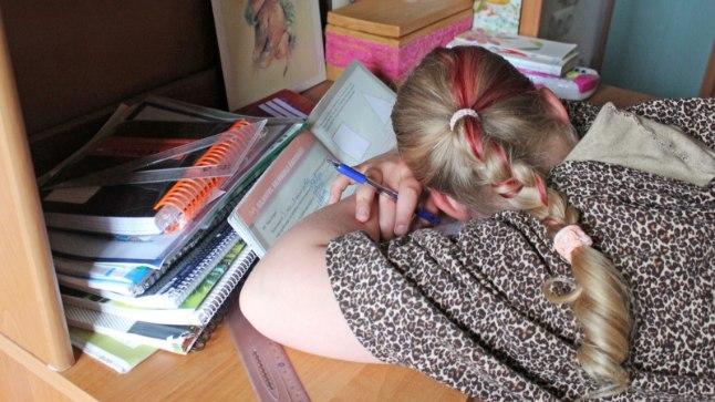 AUSÕNA, EI JÕUA!: Kodused koolitükid nõuavad algklassilastelt mitu tundi keskendumist. Koolipäevast väsinud lapsed ei suuda aga keskenduda ja kurdavad väsimuse üle. Fotolavastus.