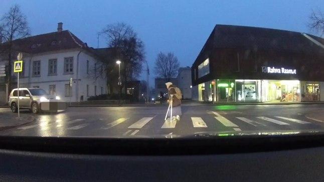 Naine teed ületamas