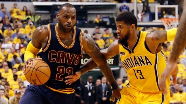LeBron James (palliga) ja Paul George - vastavalt Cleveland Cavaliersi ja Indiana Pacersi suurimad staarid.