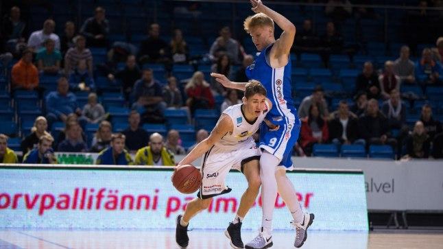 Matthias Tass (paremal) Janari Jõesaare vastu.