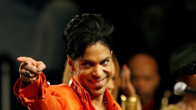 KUST OLI PÄRIT MEELEMÜRK? Prince'i nimele ei olnud välja kirjutatud fentanüüliretsepti, järelikult pidi staar seda hankima illegaalselt. Võimud uurivad, kes laulja lähikonnast võis talle hankida valget hiinlast, mis ta lõpuks tappis.