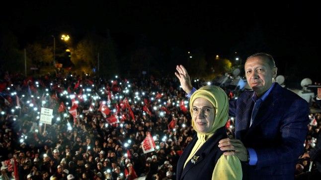 TOETAJATE EES: Türgi president Recep Tayyip Erdoğan (63) koos abikaasa Eminega pärast edukat rahvahääletust Istanbulis toetajatele esinemas.