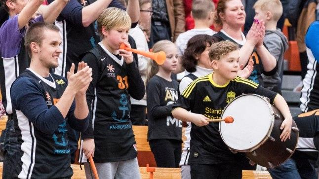 Pärnu korvpallipublik nautis TTÜga peetud kolmandat veerandfinaalmängu.
