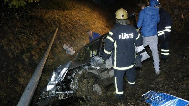 FOTOD ASJAOSALISTEST | Joobes noormees sõitis BMWga Rapla sildi maha ja põrutas kraavi