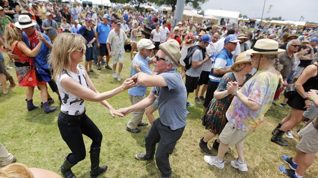 Tantsivad inimesed.