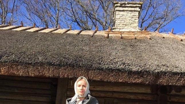 """""""Pealtnägija"""" toimetaja Anna Gavronski sai selga proovida """"Tõe ja õiguse"""" filmi kostüümi."""