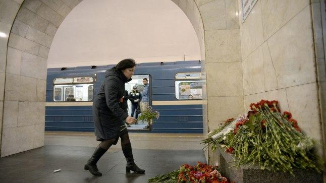 Peterburi elanikud leinavad rünnakuohvreid, võimud tegelevad süüdlaste otsimisega.