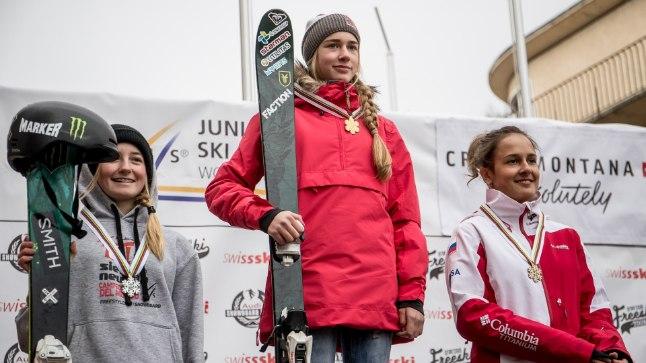 Kelly Sildaru (keskel) rennisõidu MMi poodiumil.