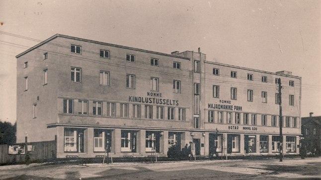 Siin, nn Kahro majas Pärnu maantee 326 asus aastatel 1933–1940 Nõmme Majaomanike Pank. Postkaart Leho Lõhmuse kogust, fotograaf Rostislav Christin (Kristin) jäi teadaolevalt sõtta.