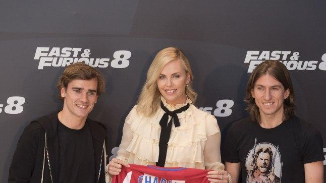 Vin Diesel ja Charlize Theron said Madridi Atletico superstaaridelt klubi särgi