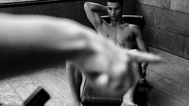 Cristiano Ronaldo võttis fotosessiooni tarbeks riided seljast.