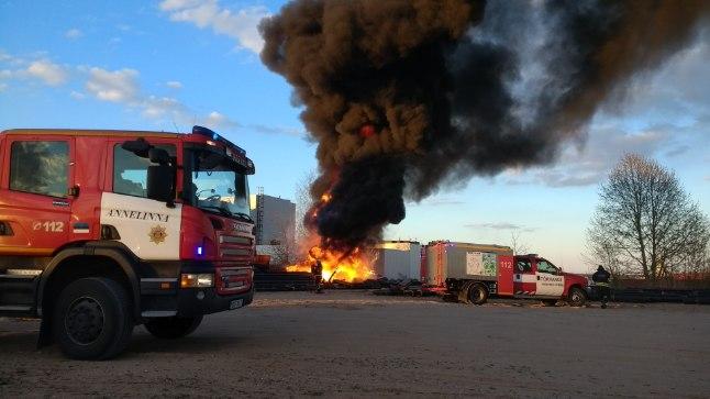 Ropka kohal puhkenud tulekahjule reageeriti rohkete pritsimeestega.