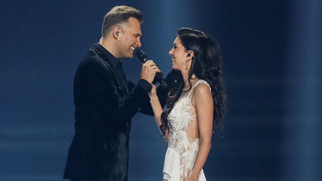 8d3eb01350d Laura Eurovisioni garderoobist nii mõnigi kleit pärineb moedisainer  Kristina Viirpalu stuudiost. Miskipärast on just need kleidi ka kõige  rohkem hambusse ...