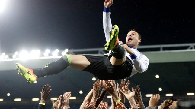 Chelsea mängijad loobivad John Terry't õhku