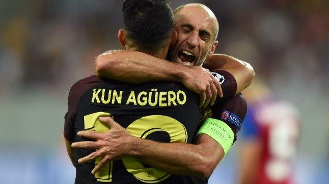 Pablo Zabaleta tähistamas koos Sergio Agüeroga.