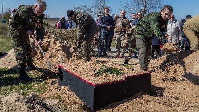KIRSTUD MAAPINNAL: 7. mail ümbermatmise ajal tehtud fotol on näha, et osa sõdurite kirste ei mahtunud maa alla.